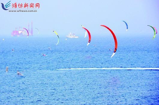 陆地风筝与海上风筝共舞共赢,潍坊又多了一道动感十足的蓝色风景线.